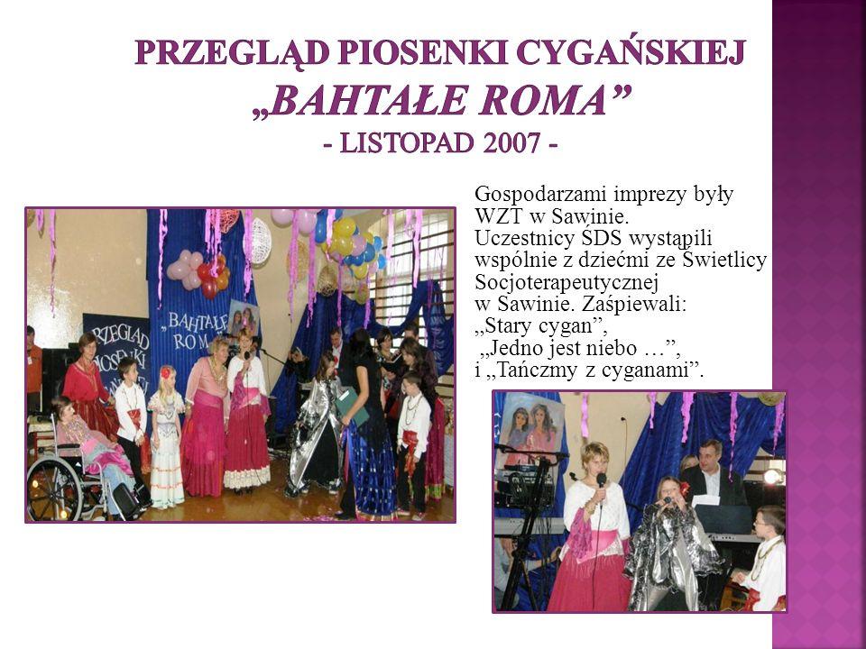Gospodarzami imprezy były WZT w Sawinie. Uczestnicy ŚDS wystąpili wspólnie z dziećmi ze Świetlicy Socjoterapeutycznej w Sawinie. Zaśpiewali: Stary cyg