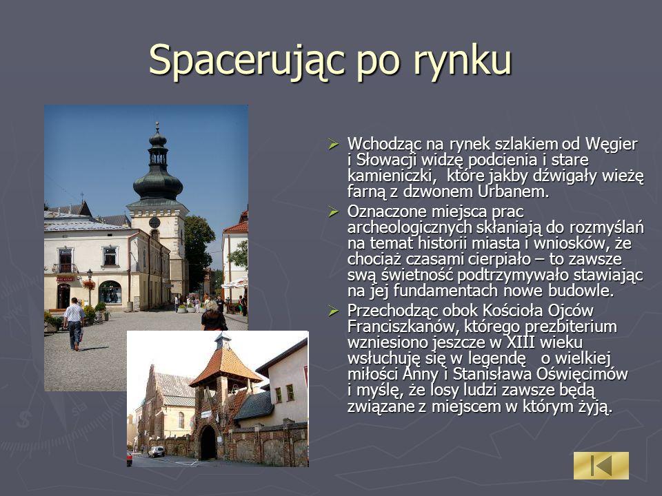 Spacerując po rynku Wchodząc na rynek szlakiem od Węgier i Słowacji widzę podcienia i stare kamieniczki, które jakby dźwigały wieżę farną z dzwonem Ur