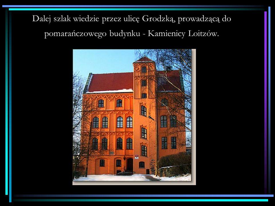 Na dalszym odcinku, aleja przecina gwieździsty Plac Grunwaldzki.
