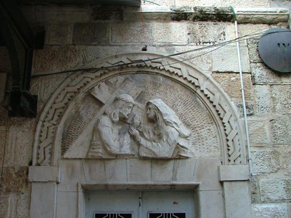 Stacja III Jezus upada pod krzyżem po raz pierwszy. Stacja III jest kaplicą zbudowaną w 1947 r. ze składek polskich żołnierzy i uchodźców. Jest tu pła