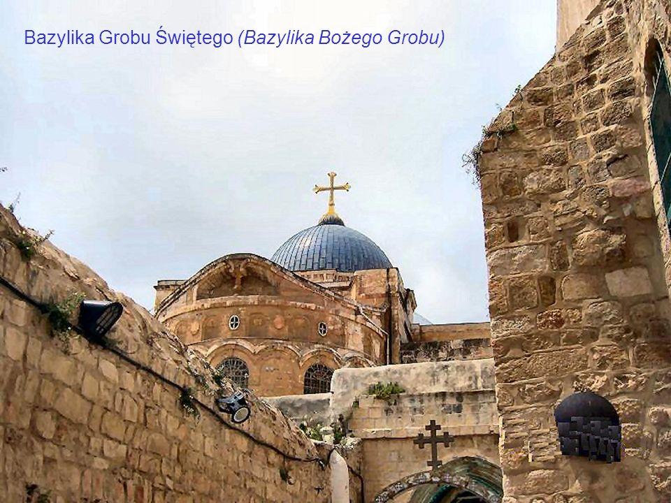 Stacja IX Wmurowana koło wejścia do klasztoru koptyjskiego kolumna wskazuje miejsce, w którym Jezus upadł po raz trzeci. Wejścia do Bazyliki Grobu Świ