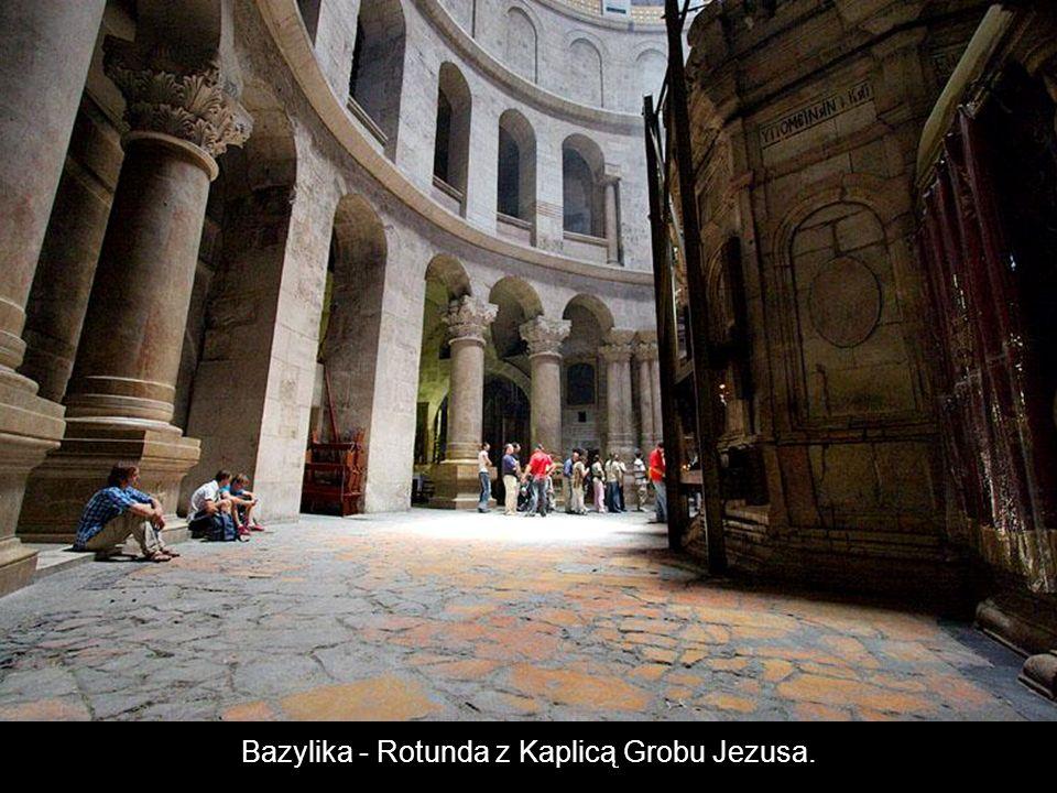 X Stacja Drogi Krzyżowej Schody prowadzą na Kalwarię do Kaplicy Obnażenia Jezusa z szat.