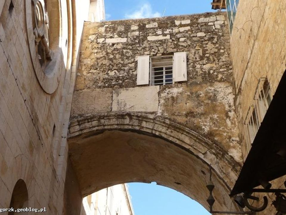 Stacja IX Wmurowana koło wejścia do klasztoru koptyjskiego kolumna wskazuje miejsce, w którym Jezus upadł po raz trzeci.