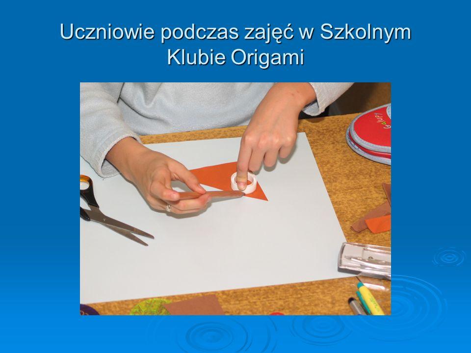 Uczniowie oraz prace plastyczne wykonane techniką origami podczas zajęć Świat fantazji oraz Bajkowy świat origami