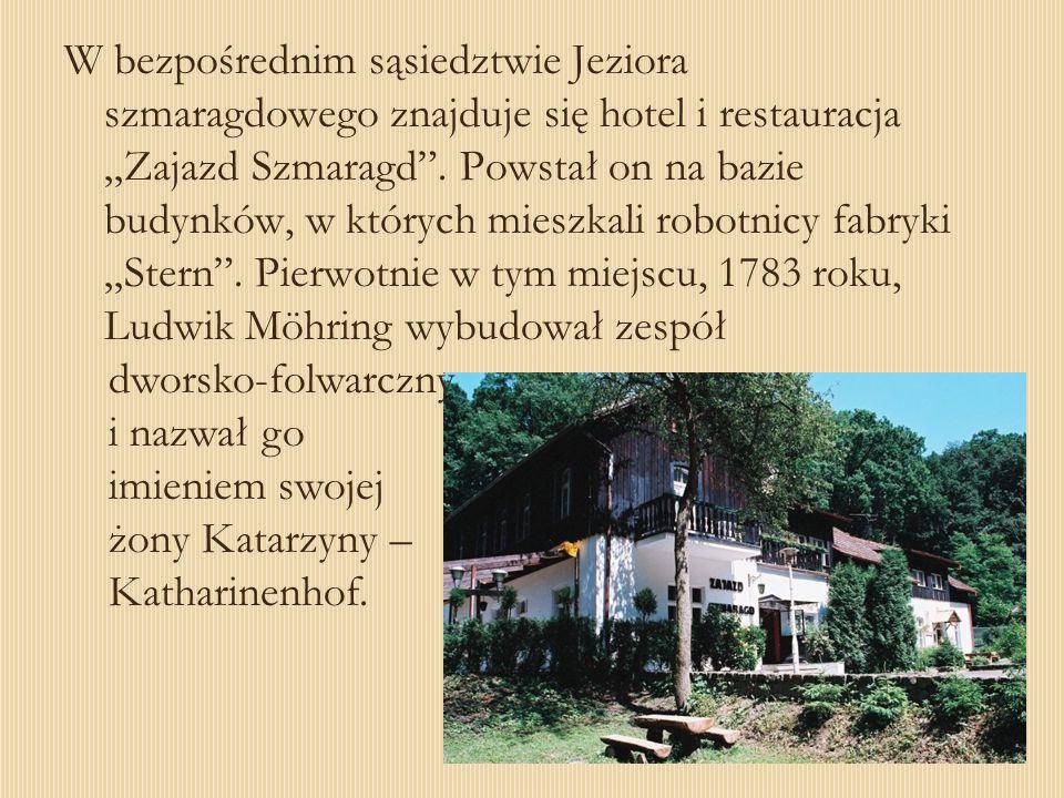 W bezpośrednim sąsiedztwie Jeziora szmaragdowego znajduje się hotel i restauracja Zajazd Szmaragd. Powstał on na bazie budynków, w których mieszkali r