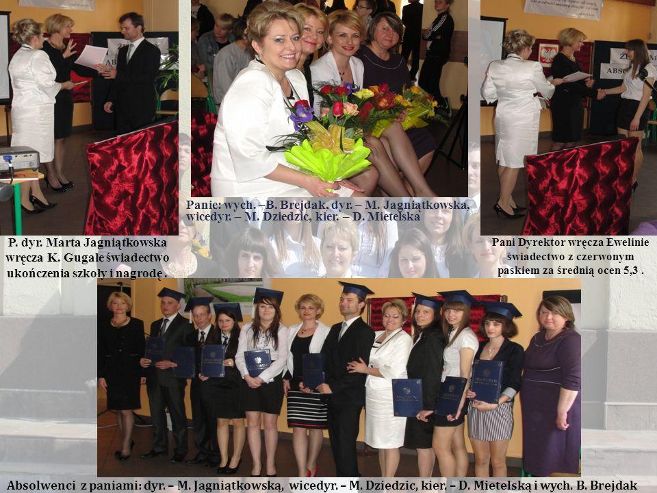 Ostatnie pożegnalne zdjęcie absolwentów z dyrekcją, wychowawczynią i uczniami II klasy Technikum Uzupełniającego Nr 7