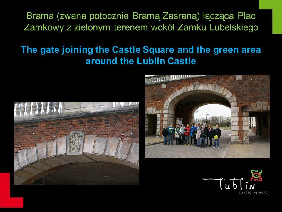 Brama (zwana potocznie Bramą Zasraną) łącząca Plac Zamkowy z zielonym terenem wokół Zamku Lubelskiego The gate joining the Castle Square and the green