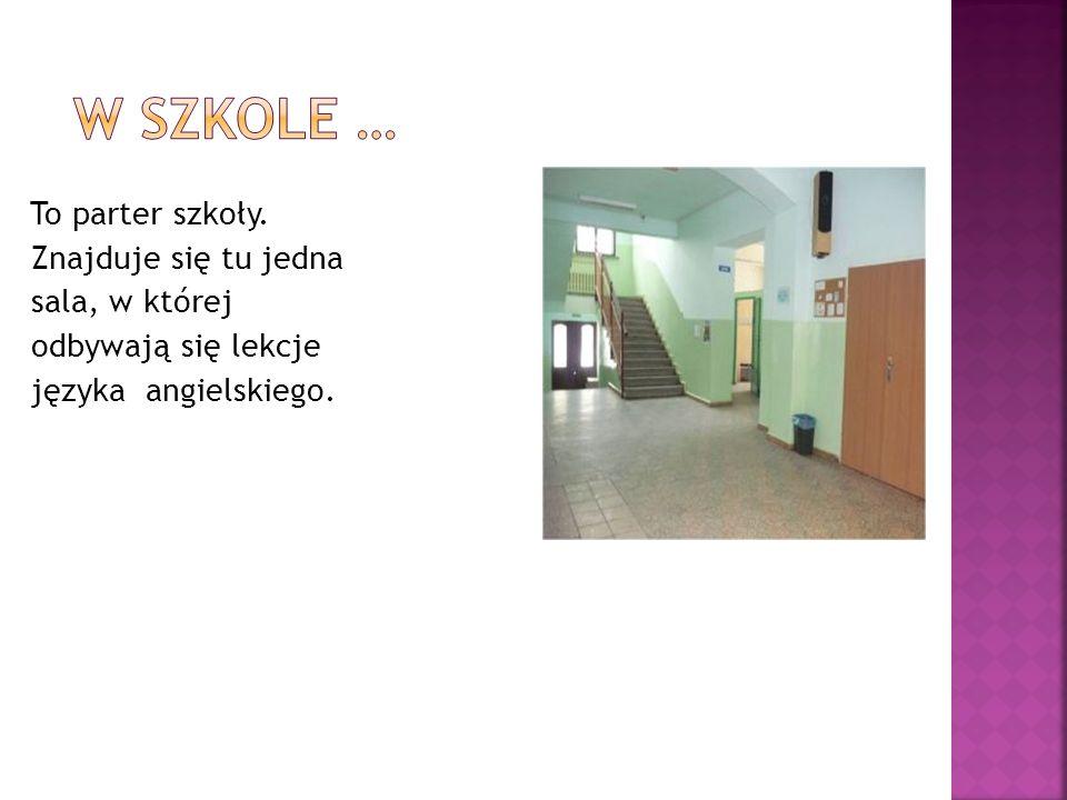 Na dole jest biblioteka szkolna i świetlica, w której mogą przebywać dzieci odrabiając zadanie domowe lub spędzając wolny czas.