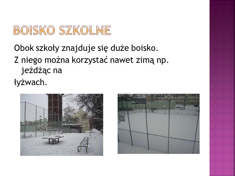 Obok szkoły znajduje się duże boisko. Z niego można korzystać nawet zimą np. jeżdżąc na łyżwach.