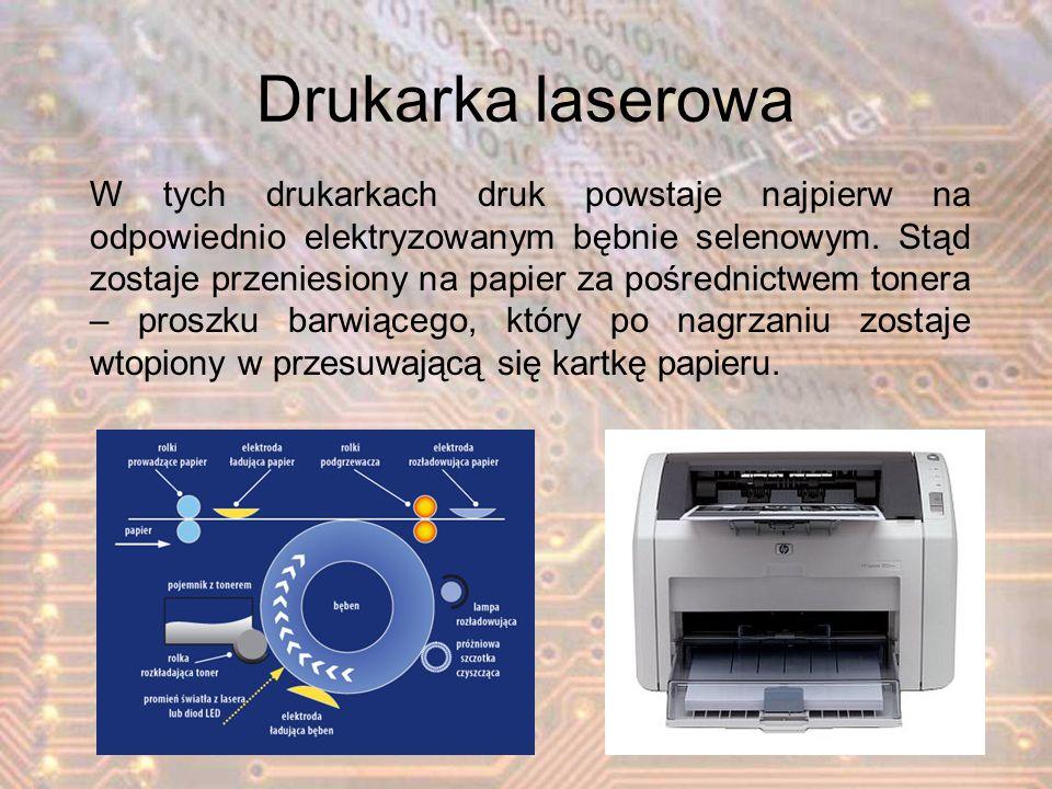 Drukarka laserowa W tych drukarkach druk powstaje najpierw na odpowiednio elektryzowanym bębnie selenowym. Stąd zostaje przeniesiony na papier za pośr
