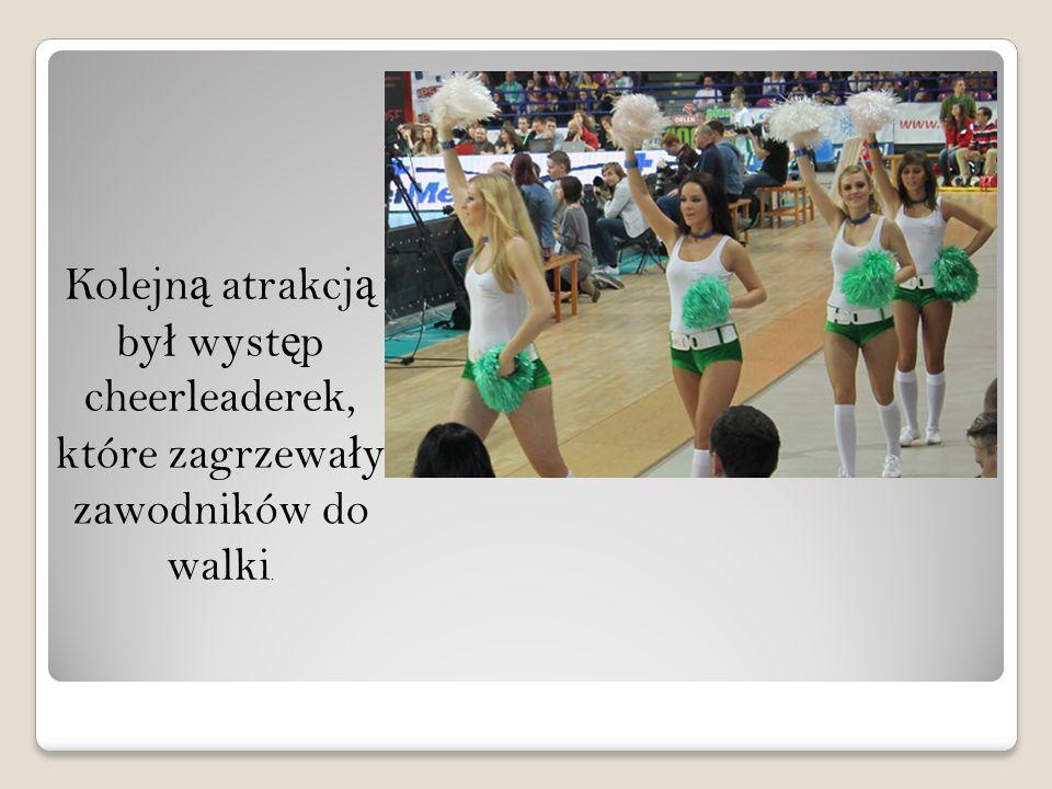 Kolejn ą atrakcj ą by ł wyst ę p cheerleaderek, które zagrzewa ł y zawodników do walki.