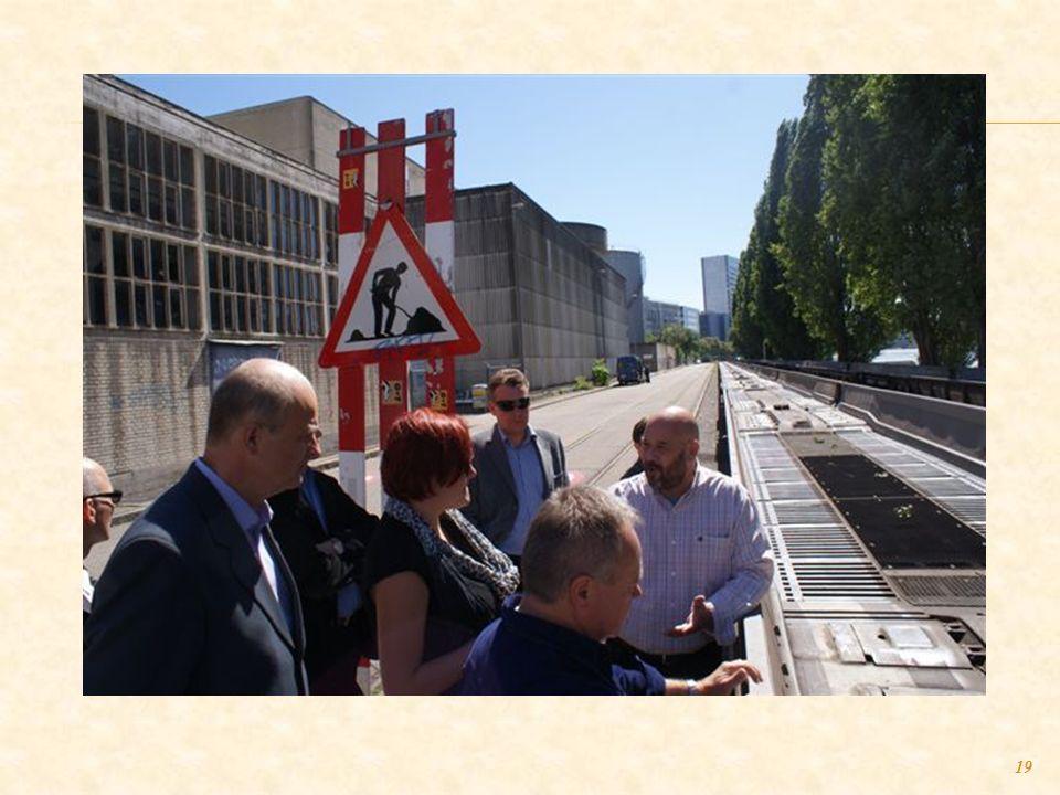 18 HUPAC - firma zajmująca się transportem kombinowanym przez Szwajcarię. Pokaz załadunku samochodów ciężarowych TIR na specjalne wagony kolejowe w ce