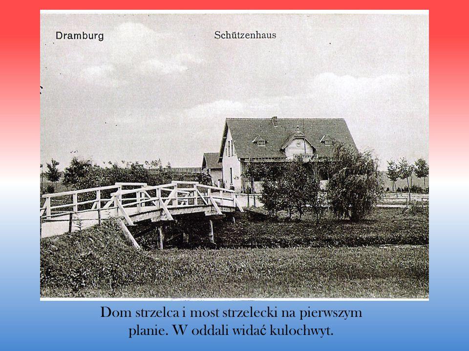 Dom strzelca i most strzelecki na pierwszym planie. W oddali wida ć kulochwyt.