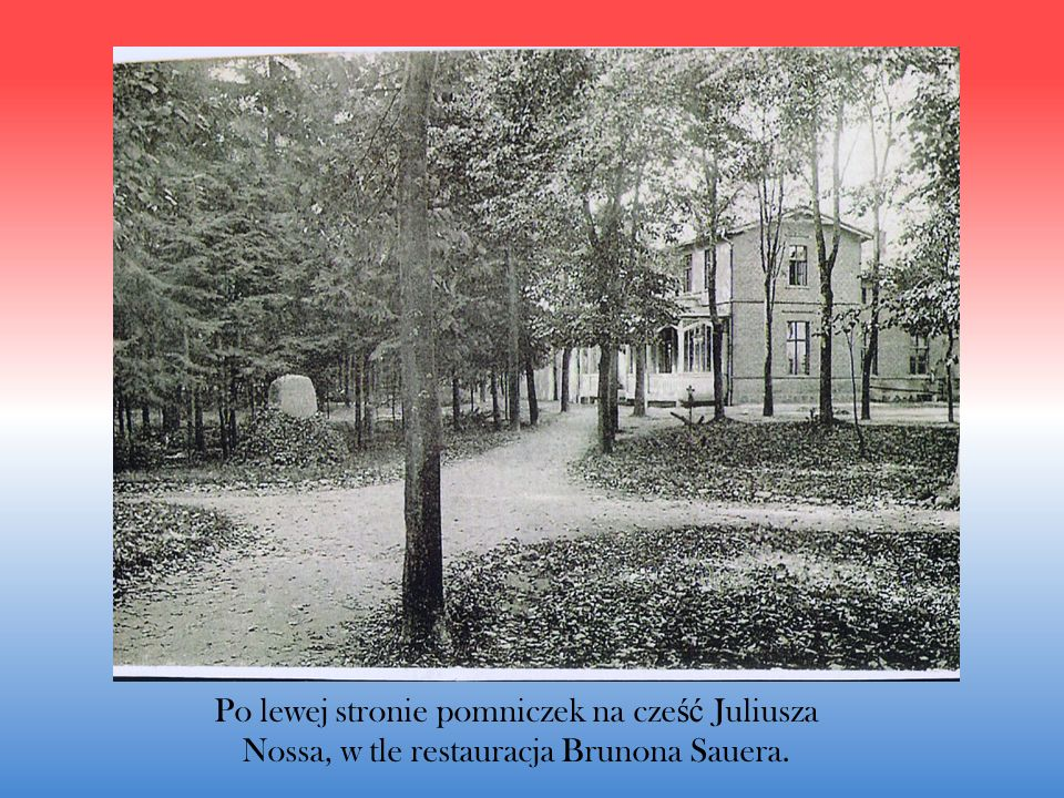 Po lewej stronie pomniczek na cze ść Juliusza Nossa, w tle restauracja Brunona Sauera.
