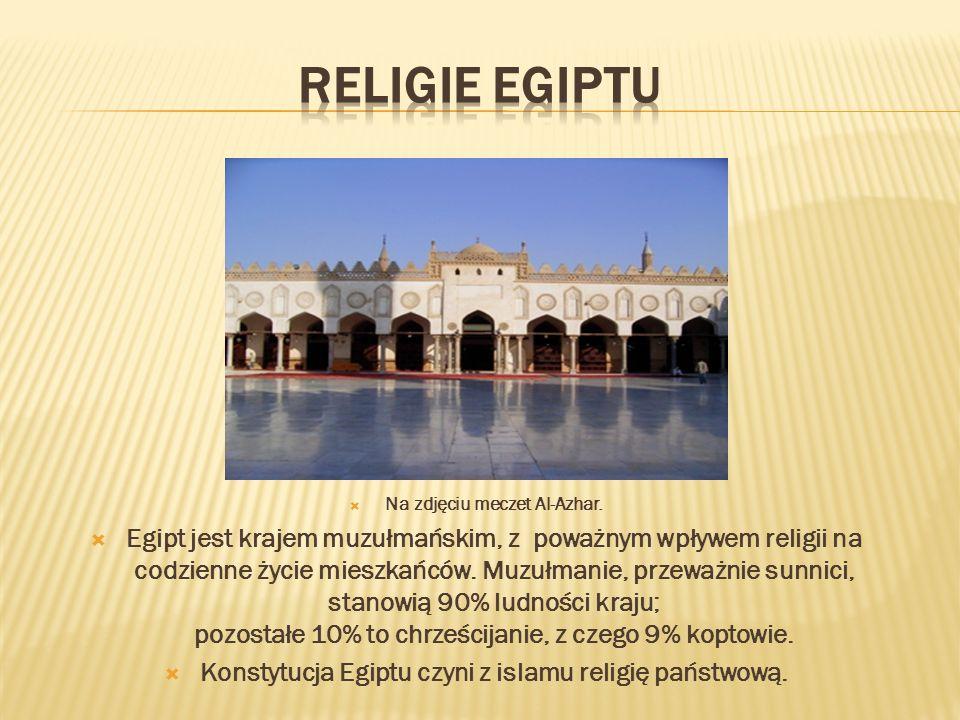 Na zdjęciu meczet Al-Azhar. Egipt jest krajem muzułmańskim, z poważnym wpływem religii na codzienne życie mieszkańców. Muzułmanie, przeważnie sunnici,
