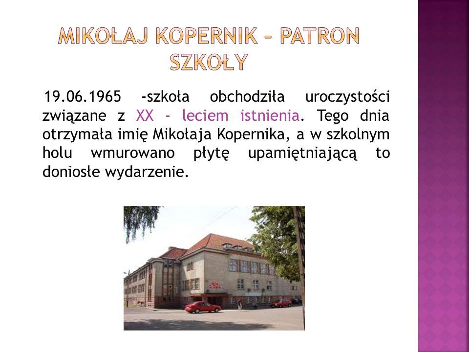 19.06.1965 -szkoła obchodziła uroczystości związane z XX - leciem istnienia. Tego dnia otrzymała imię Mikołaja Kopernika, a w szkolnym holu wmurowano