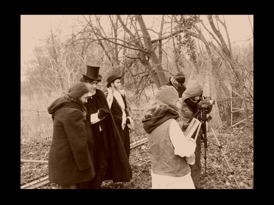 Plener – czas oswojenia Antropolog odkrywa i definiuje świat, przez to, że staje się jego częścią i bierze w nim udział[4].[4] Plener: - trzydniowy wyjazd w celu realizacji serii krótkich filmów - skład: 18 osób (w tym część z nich po raz pierwszy) - udział własny (obsługa kamery) - przekroczenie opozycji – ja/oni (czy to nasze ) Intensywne działania podczas pleneru związane z filmowaniem, spowodowały zatarcie dystansu między mną a grupą.