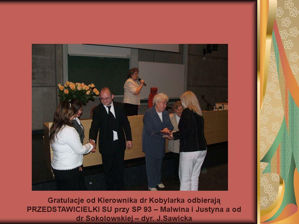 Gratulacje od Kierownika dr Kobylarka odbierają PRZEDSTAWICIELKI SU przy SP 93 – Malwina i Justyna a od dr Sokolowskiej – dyr. J.Sawicka