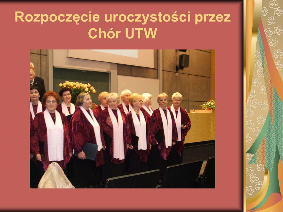 Rozpoczęcie uroczystości przez Chór UTW