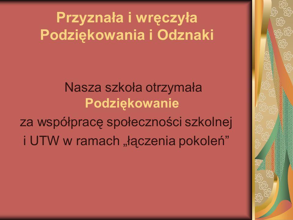 Gratulacje od Kierownika dr Kobylarka odbierają PRZEDSTAWICIELKI SU przy SP 93 – Malwina i Justyna a od dr Sokolowskiej – dyr.