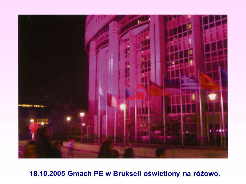 18.10.2005 Gmach PE w Brukseli oświetlony na różowo.