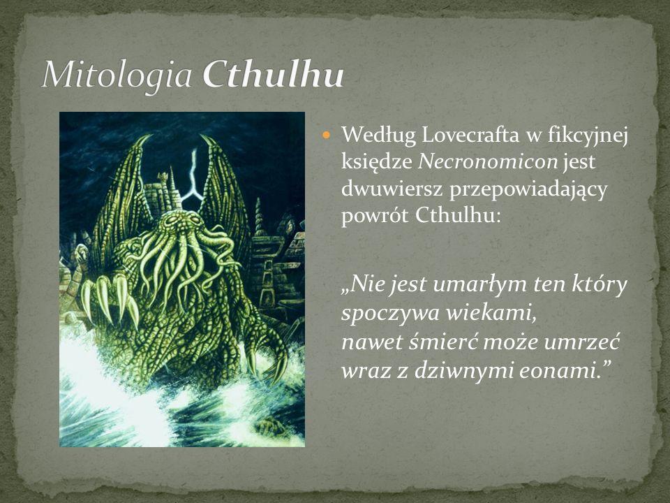 Według Lovecrafta w fikcyjnej księdze Necronomicon jest dwuwiersz przepowiadający powrót Cthulhu: Nie jest umarłym ten który spoczywa wiekami, nawet ś