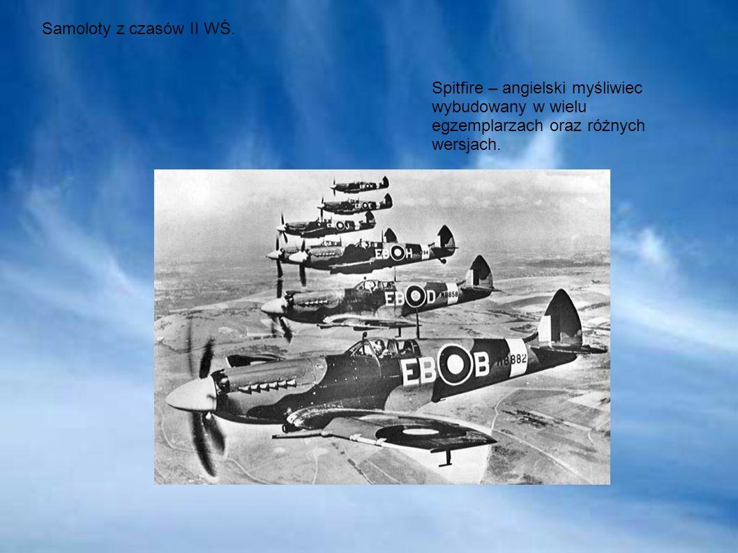 Samoloty z czasów II WŚ. Spitfire – angielski myśliwiec wybudowany w wielu egzemplarzach oraz różnych wersjach.