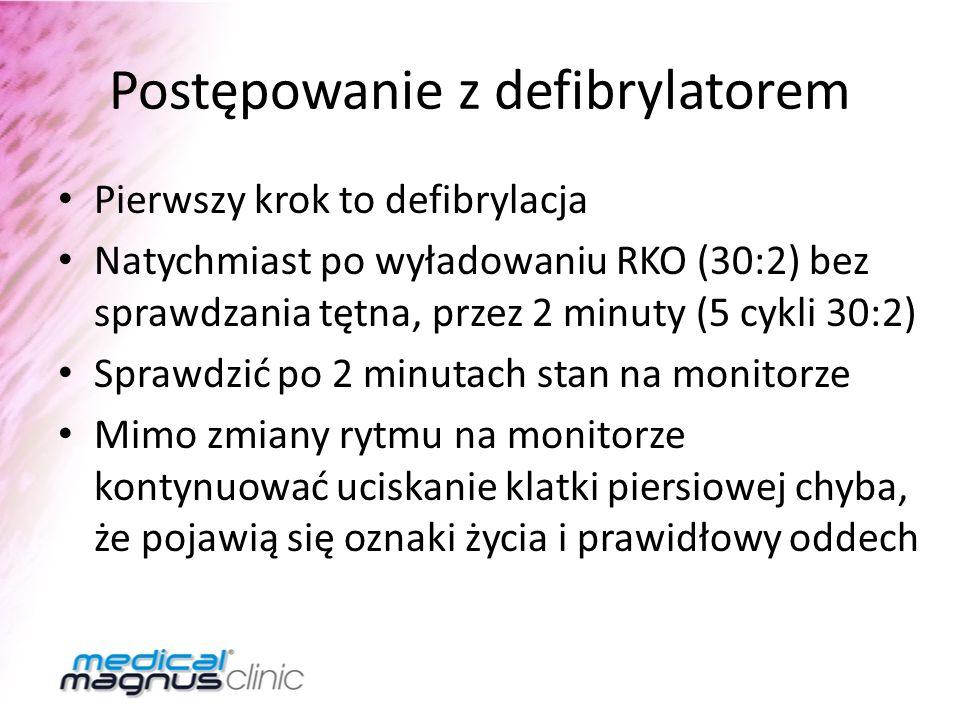 Postępowanie z defibrylatorem Pierwszy krok to defibrylacja Natychmiast po wyładowaniu RKO (30:2) bez sprawdzania tętna, przez 2 minuty (5 cykli 30:2)