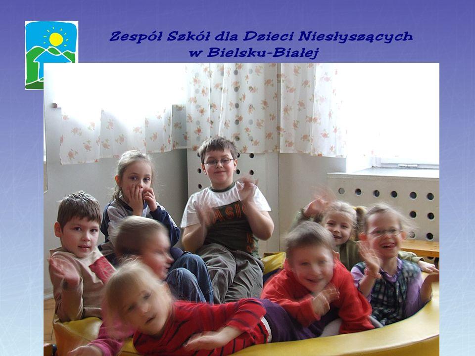 Przyjęty w naszej placówce model pracy z dziećmi niesłyszącymi, odpowiedni dobór metod i różnorodność form pracy pedagogicznej: - daje możliwość całoś