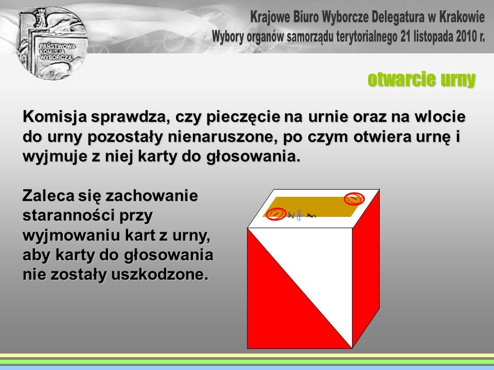 otwarcie urny Komisja sprawdza, czy pieczęcie na urnie oraz na wlocie do urny pozostały nienaruszone, po czym otwiera urnę i wyjmuje z niej karty do g