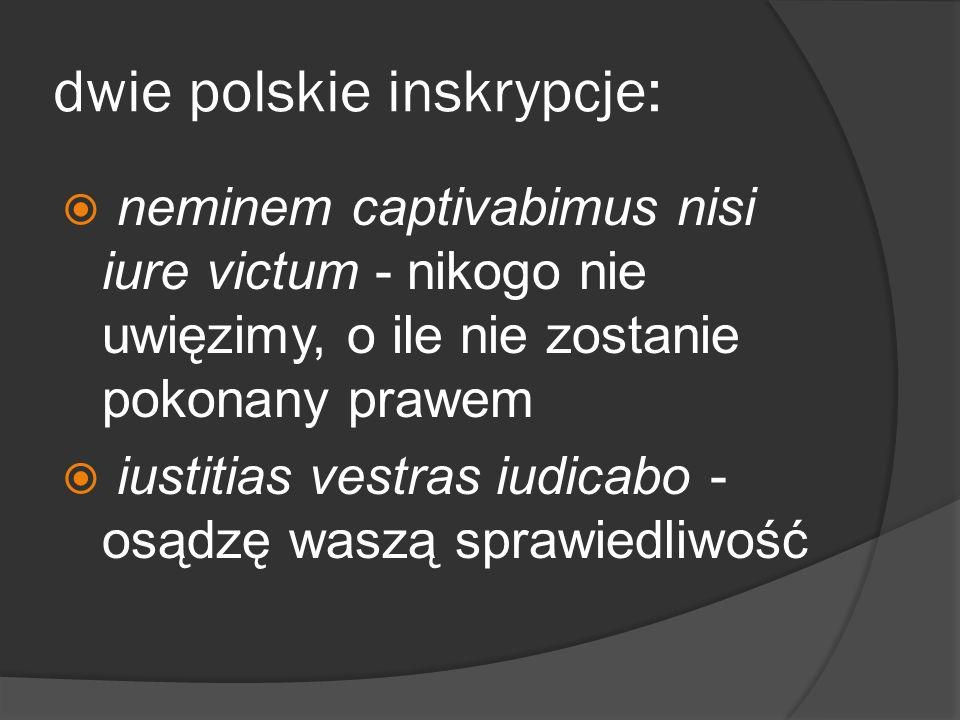 dwie polskie inskrypcje: neminem captivabimus nisi iure victum - nikogo nie uwięzimy, o ile nie zostanie pokonany prawem iustitias vestras iudicabo -