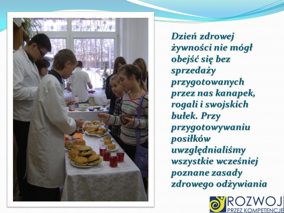 Dzień zdrowej żywności nie mógł obejść się bez sprzedaży przygotowanych przez nas kanapek, rogali i swojskich bułek. Przy przygotowywaniu posiłków uwz