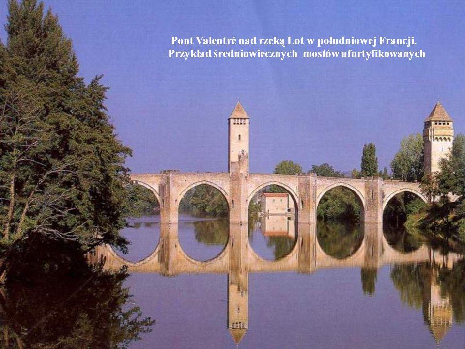 Pont Valentré nad rzeką Lot w południowej Francji. Przykład średniowiecznych mostów ufortyfikowanych