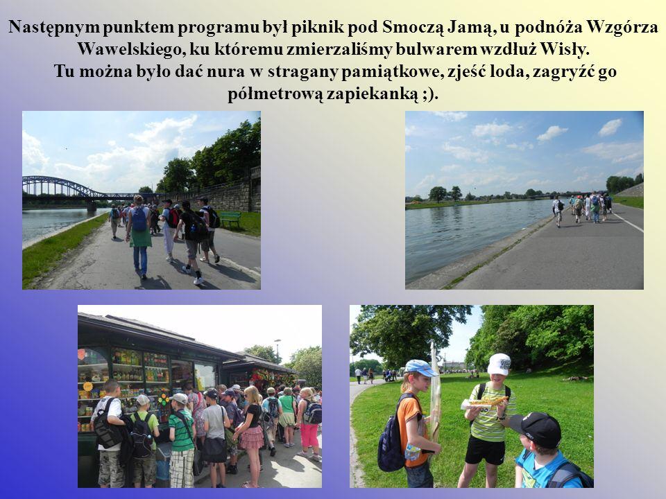 Następnym punktem programu był piknik pod Smoczą Jamą, u podnóża Wzgórza Wawelskiego, ku któremu zmierzaliśmy bulwarem wzdłuż Wisły.