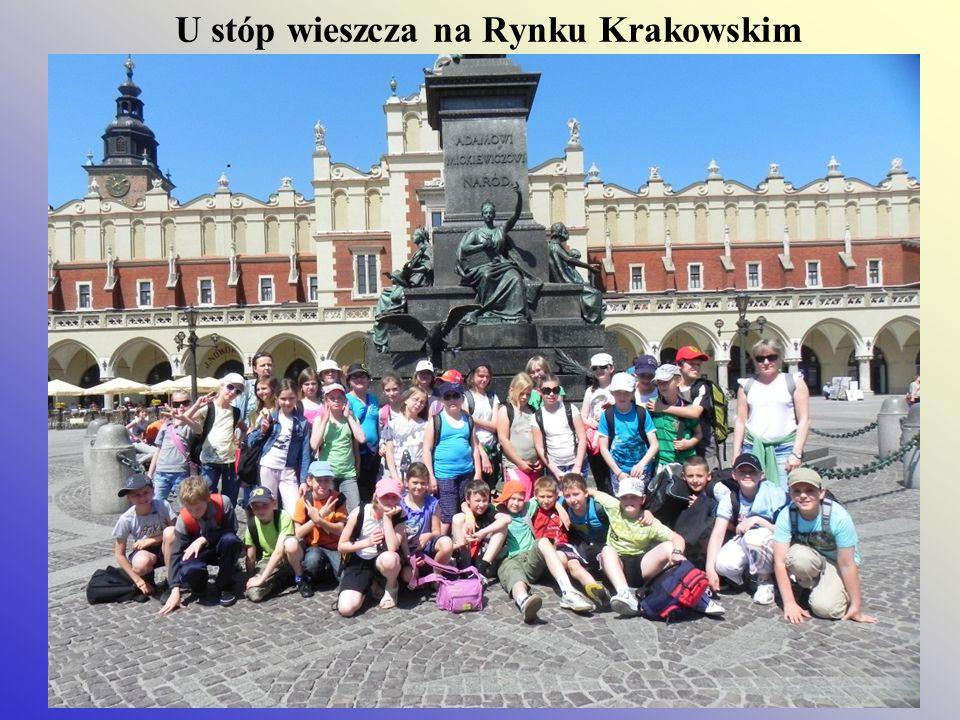 U stóp wieszcza na Rynku Krakowskim