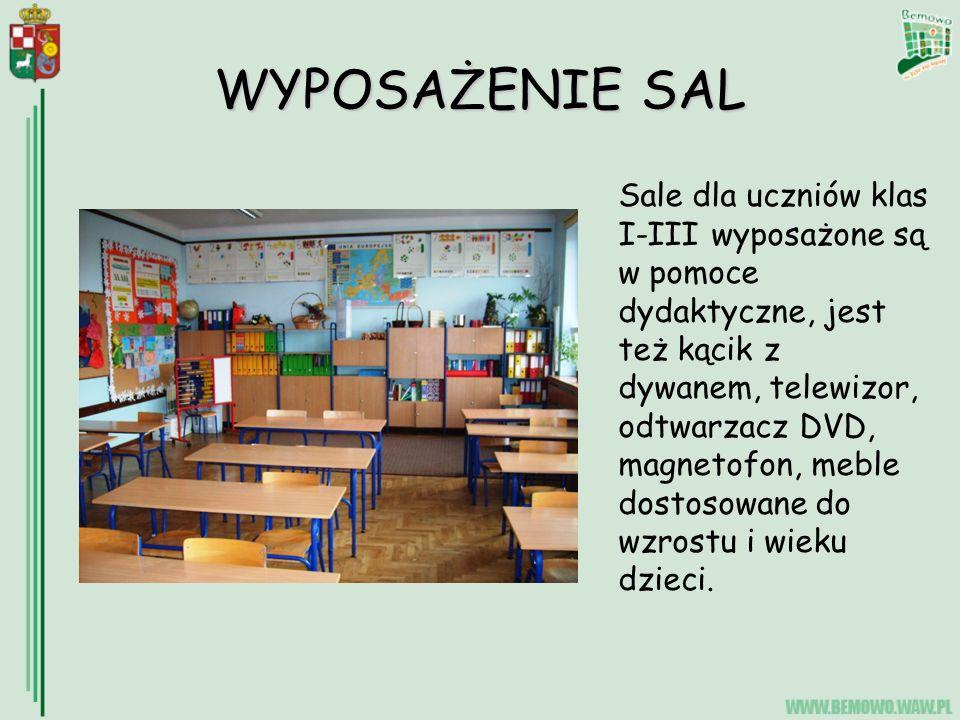 WYPOSAŻENIE SAL Sale dla uczniów klas I-III wyposażone są w pomoce dydaktyczne, jest też kącik z dywanem, telewizor, odtwarzacz DVD, magnetofon, meble dostosowane do wzrostu i wieku dzieci.