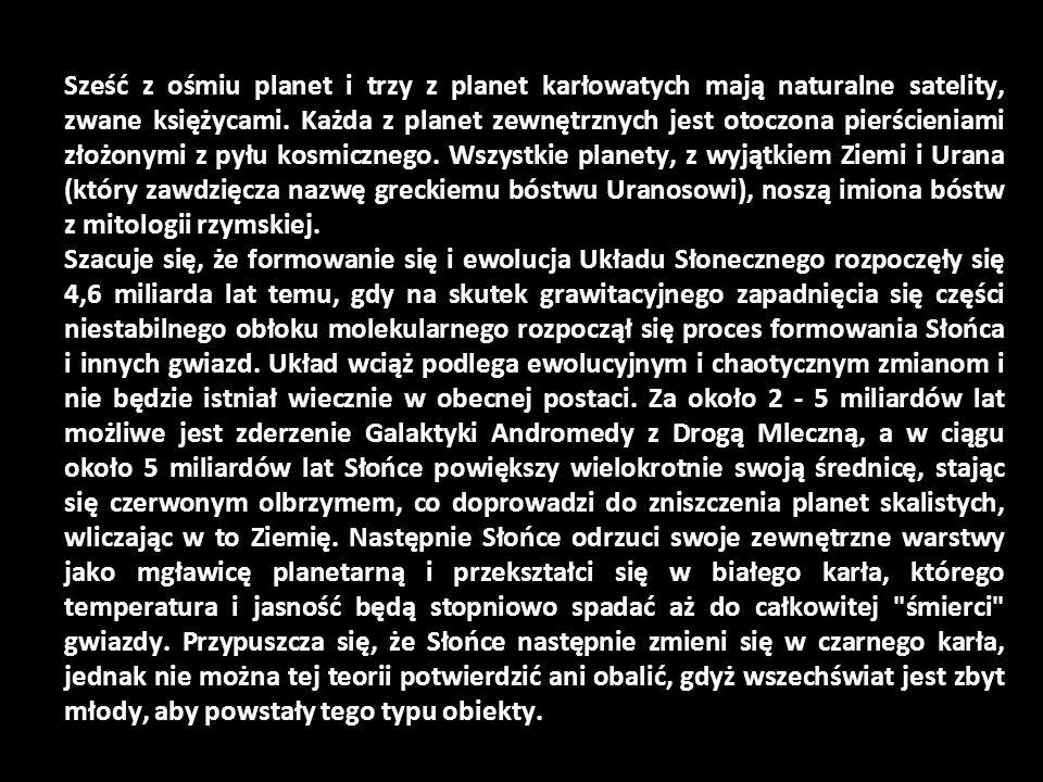 Sześć z ośmiu planet i trzy z planet karłowatych mają naturalne satelity, zwane księżycami. Każda z planet zewnętrznych jest otoczona pierścieniami zł