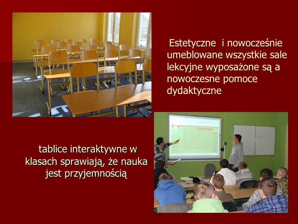 tablice interaktywne w klasach sprawiają, że nauka jest przyjemnością tablice interaktywne w klasach sprawiają, że nauka jest przyjemnością Estetyczne i nowocześnie umeblowane wszystkie sale lekcyjne wyposażone są a nowoczesne pomoce dydaktyczne