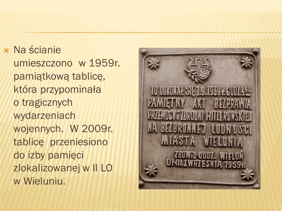 Na ścianie umieszczono w 1959r. pamiątkową tablicę, która przypominała o tragicznych wydarzeniach wojennych. W 2009r. tablicę przeniesiono do izby pam