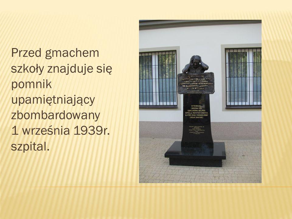 Przed gmachem szkoły znajduje się pomnik upamiętniający zbombardowany 1 września 1939r. szpital.
