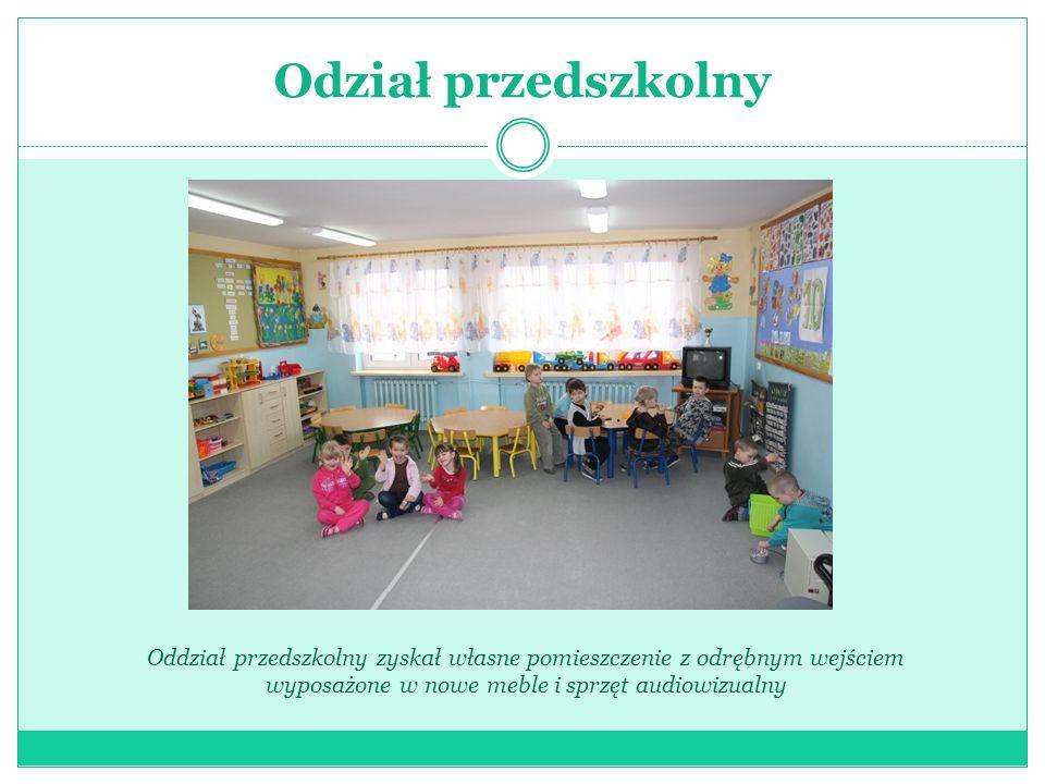 Oddział przedszkolny Przedszkolaki mają własny komputer z dostępem do Internetu Mają również dostosowaną do ich potrzeb łazienkę