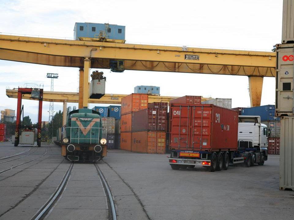 PORT GDAŃSK Stałe połączenia żeglugowe: ROTTERDAM BREMERHAVEN HAMBURG TALLIN UNIFEEDER ( 2 x w tygodniu ): Gdynia- Gdańsk (GTK)- Rotterdam Gdynia- Gdańsk (GTK)- Szczecin- Bremerhaven- Hamburg CMA - CGM ( 1 x w tygodniu ): Hamburg- Gdańsk (GTK)- Kaliningrad- Tallin- Hamburg KALININGRAD Szczecin