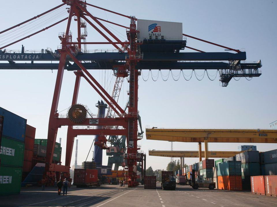 Działalność operacyjna: obsługa statku: 24 godziny na dobę, 7 dni w tygodniu, obsługa kontenerowego transportu lądowego: od godz.7.00 w poniedziałek do godz.15.00 w sobotę.