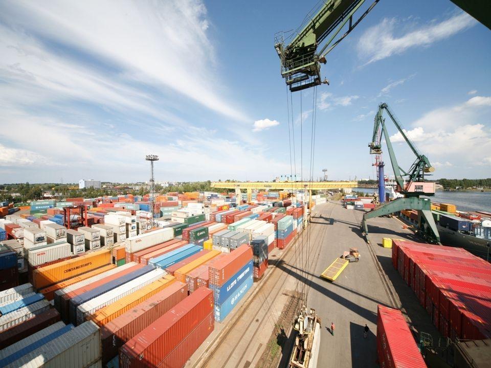 Zapewniamy: indywidualne podejście do każdego klienta, profesjonalną i kompleksową obsługę, wysoką jakość i szeroki zakres świadczonych usług, dogodne powiązania z zapleczem portowym, doskonałe połączenia tranzytowe z Rosją, Białorusią, Ukrainą, Słowacją i Czechami.