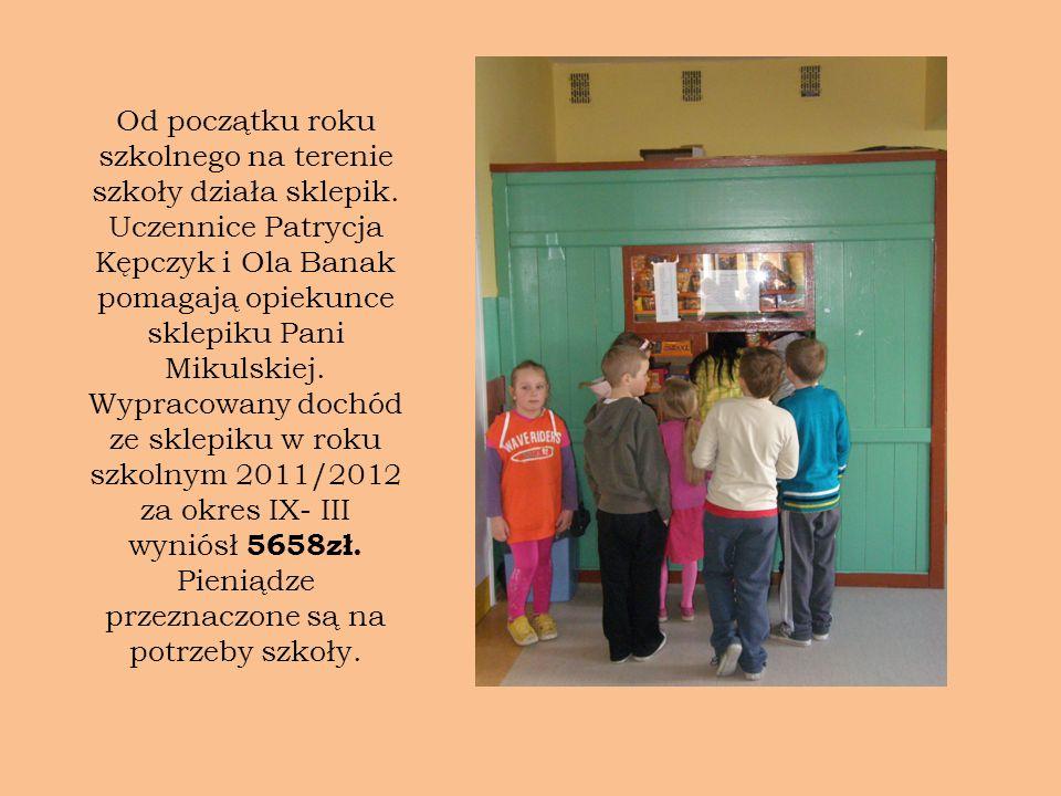 Od początku roku szkolnego na terenie szkoły działa sklepik. Uczennice Patrycja Kępczyk i Ola Banak pomagają opiekunce sklepiku Pani Mikulskiej. Wypra