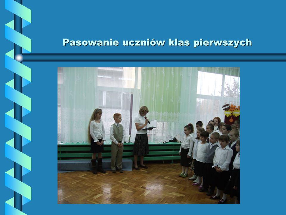Pasowanie uczniów klas pierwszych Pasowanie uczniów klas pierwszych W dniu 27 października 2007 odbyła się uroczystość pasowania uczniów klas pierwszych, w uroczystości tej uczestniczyła przedstawicielka SU Aleksandra Altman, która serdecznie powitała młodsze koleżanki i kolegów w naszej szkole, oferując pomoc i życząc sukcesów.