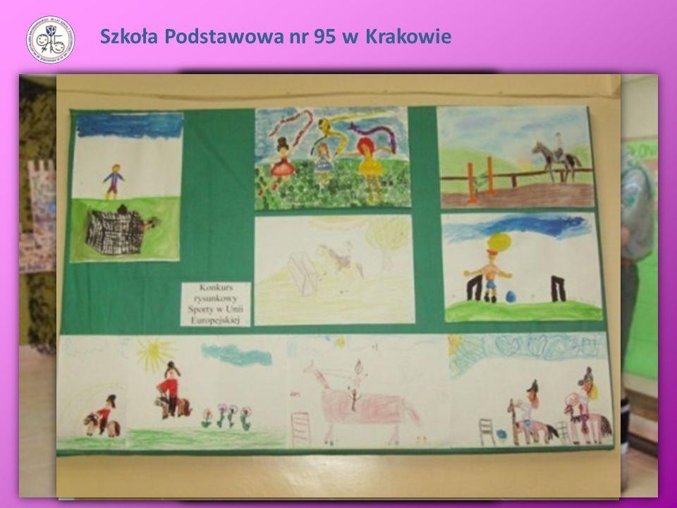 Szkoła Podstawowa nr 95 w Krakowie Korytarze i sale lekcyjne udekorowane są pracami uczniów oraz tablicami eksponującymi ich osiągnięcia (dyplomy, wyn