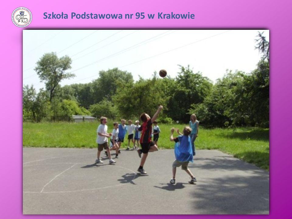 Otacza ją duży obszar terenów zielonych, plac rekreacyjny i boiska szkolne.