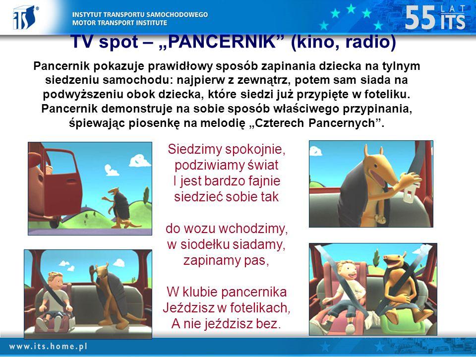 TV spot – PANCERNIK (kino, radio) Pancernik pokazuje prawidłowy sposób zapinania dziecka na tylnym siedzeniu samochodu: najpierw z zewnątrz, potem sam siada na podwyższeniu obok dziecka, które siedzi już przypięte w foteliku.