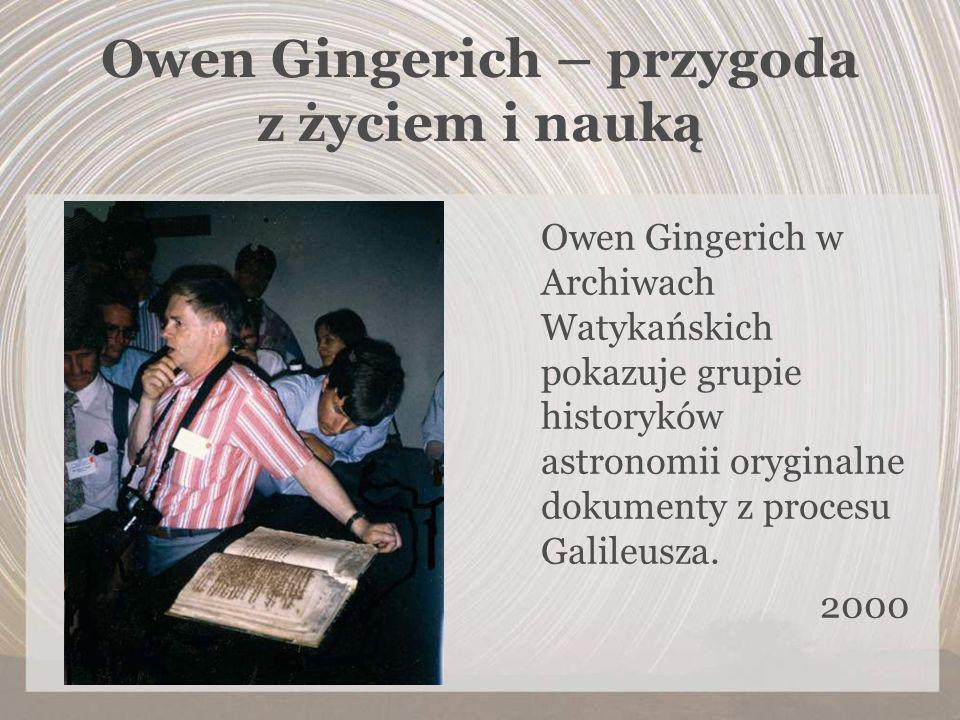 Owen Gingerich – przygoda z życiem i nauką Owen Gingerich w Archiwach Watykańskich pokazuje grupie historyków astronomii oryginalne dokumenty z proces